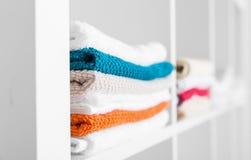 Toalhas no armário de linho Fotos de Stock Royalty Free