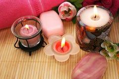 Toalhas, sabões, flores, velas Fotografia de Stock Royalty Free