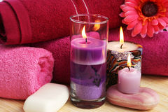 Toalhas, sabões, flores, velas Foto de Stock Royalty Free