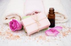 Toalhas, sal e sabão de banho com rosas cor-de-rosa Imagens de Stock Royalty Free