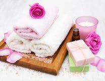 Toalhas, vela e sabão de banho com rosas cor-de-rosa Imagens de Stock