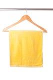 Toalla amarilla en percha Imágenes de archivo libres de regalías
