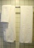 Toalla blanca, cuarto de baño Imágenes de archivo libres de regalías