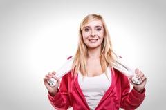 Toalla blanca en hombros, tiro de la mujer del deporte de la aptitud del estudio Imagenes de archivo