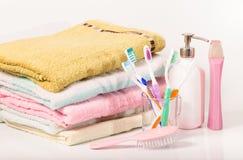 Toalla, cepillo para el pelo, cepillos de dientes y champú Imagen de archivo