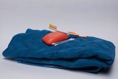 Toalla con los accesorios del cuarto de baño Imágenes de archivo libres de regalías