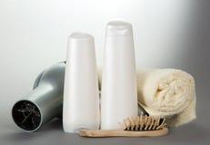 Toalla, cosméticos, el secador de pelo y un cepillo para el pelo Imagen de archivo libre de regalías