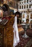 """Toalla de baño del bebé del †de la parafernalia de la boda de la iglesia ortodoxa """", una cruz, biblia en el altar Imagen de archivo"""