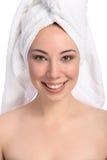 Toalla de baño feliz hermosa de la mujer joven en su cabeza Imagen de archivo libre de regalías