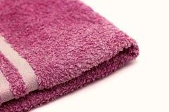 toalla de baño púrpura en un fondo blanco aislado Foto de archivo