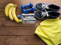 Toalla de la cinta métrica de las pesas de gimnasia de las zapatillas de deporte y botella de agua Imagen de archivo