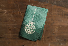 Toalla de mano doblada verde con diseño de la bola de la Navidad blanca Fotos de archivo libres de regalías