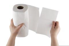 Toalla de papel de rasgado de la mano con el camino de recortes Fotografía de archivo