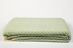 Toalla de plato verde con las rayas fotografía de archivo