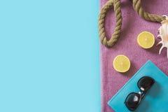 Toalla de playa, gafas de sol y accesorios del verano en azul concepto del recorrido Mofa en blanco para arriba para hacer public Fotografía de archivo libre de regalías