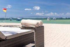Toalla de playa poner crema en el fondo del océano Isla tropical de Bali, Indonesia Imagen de archivo