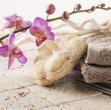 Toalla del algodón y esponja natural para el masaje de la belleza Imagen de archivo