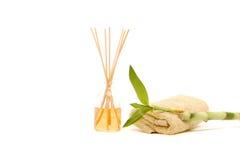 Toalla del balneario, palillos de la fragancia y bambú Foto de archivo libre de regalías