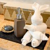 Toalla del conejo con el gel y el jabón de la mano Fotos de archivo