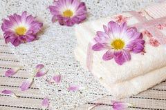 Toalla del hotel Dos toallas y flores de crisantemos Imagen de archivo