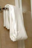 Toalla en cuarto de baño Foto de archivo