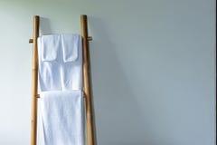 Toalla en la suspensión de bambú Imagen de archivo libre de regalías