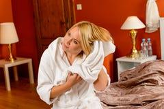 Toalla feliz del cabello seco del sitio de la cama de la mujer foto de archivo libre de regalías