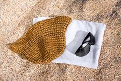 Toalla, gafas de sol y sombrero Imágenes de archivo libres de regalías