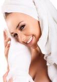 Toalla hermosa de la manija de la mujer en salón del balneario, después del baño Imagenes de archivo