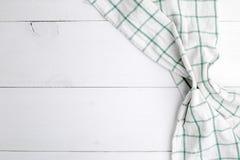 Toalla o servilleta de cocina sobre la tabla de madera r?stica foto de archivo libre de regalías