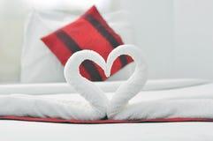 Toalla que dobla en cama Fotos de archivo libres de regalías
