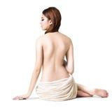 Toalla que lleva de la mujer asiática que se sienta en el piso Fotografía de archivo