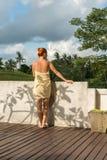 Toalla que lleva de la mujer joven Imagen de archivo libre de regalías