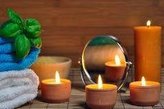 Toalla, velas aromáticas Fotografía de archivo libre de regalías