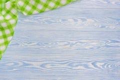 Toalla verde sobre la tabla de cocina de madera Visión desde arriba con el espacio de la copia imagen de archivo libre de regalías