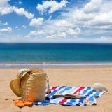Toalla y accesorios el tomar el sol Fotos de archivo libres de regalías