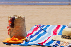 Toalla y accesorios el tomar el sol Foto de archivo libre de regalías