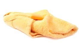 Toalla y jabón amarillos Fotografía de archivo
