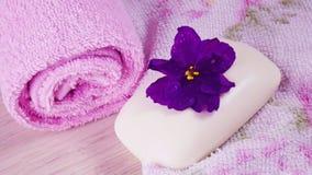 Toalla y jabón rosados con olor floral foto de archivo