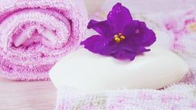 Toalla y jabón rosados con olor floral imagenes de archivo