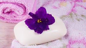 Toalla y jabón rosados con olor floral fotos de archivo libres de regalías