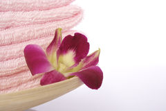 Toalla y orquídea Foto de archivo