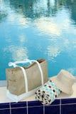 Toalla y sombrero de playa Foto de archivo libre de regalías