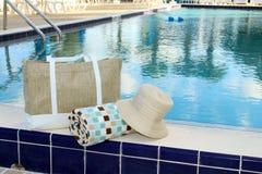 Toalla y sombrero de playa Imagen de archivo libre de regalías
