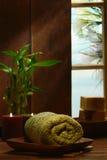 Toalla y velas verdes en un balneario Imagen de archivo
