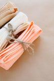 Toallas atadas con las cuerdas, visión superior Fotos de archivo