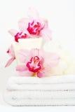 Toallas blancas con las orquídeas Foto de archivo libre de regalías