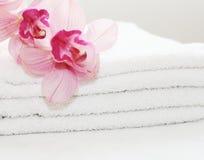 Toallas blancas con las orquídeas Imagen de archivo libre de regalías