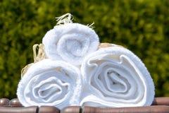 Toallas blancas del BALNEARIO en un sistema con los accesorios para el baño Imagen de archivo libre de regalías