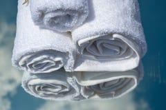Toallas blancas del BALNEARIO en un sistema con los accesorios para el baño Foto de archivo libre de regalías